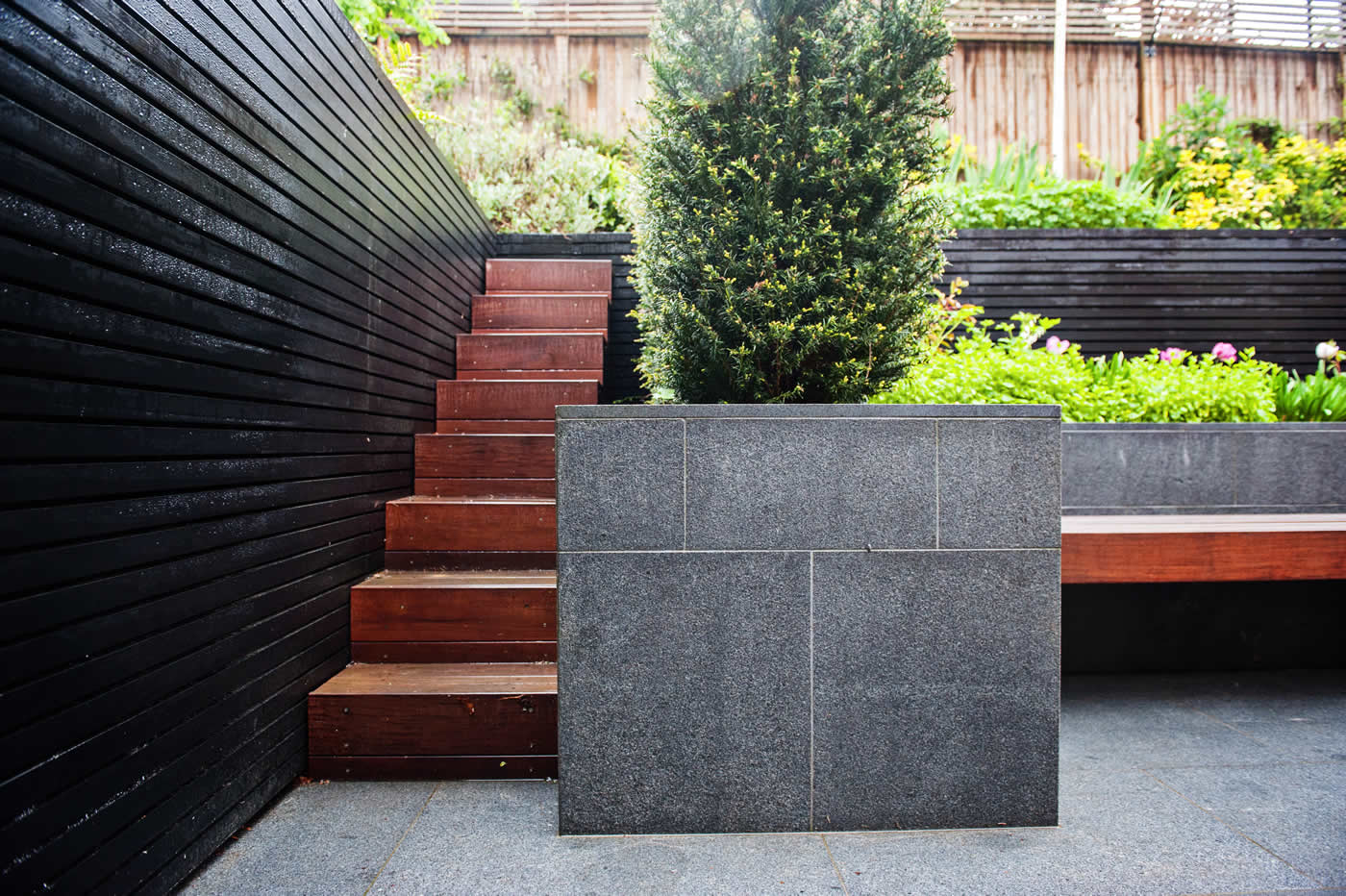 Fantastic Contemporary Garden Located In The Heart Of