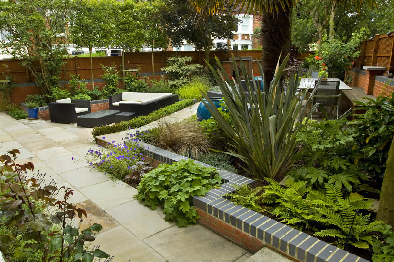 Large paved garden terrace with sunken paved area and for 1 garden terrace