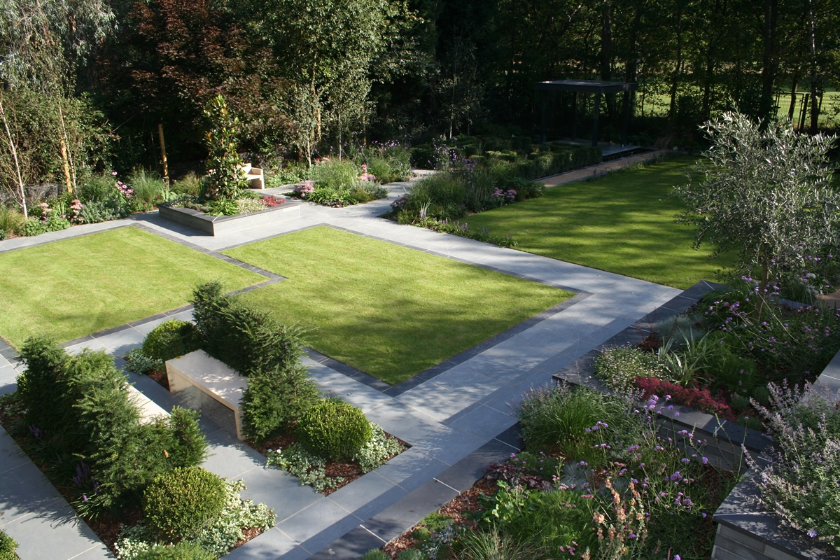 Stunning family garden surrey apl awards 09 lynne marcus for Contemporary gardens