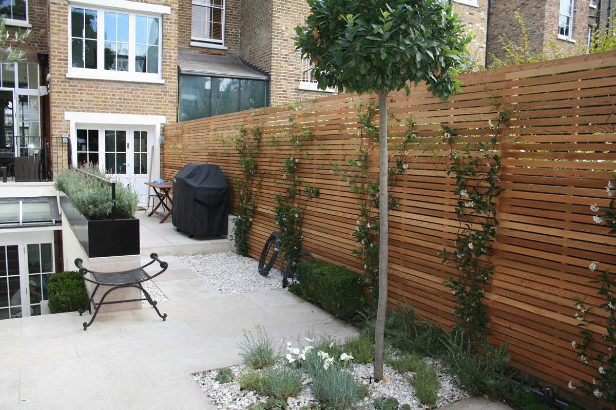 Chic modern garden design in chelsea by declan buckley for Palissade en bois exterieur