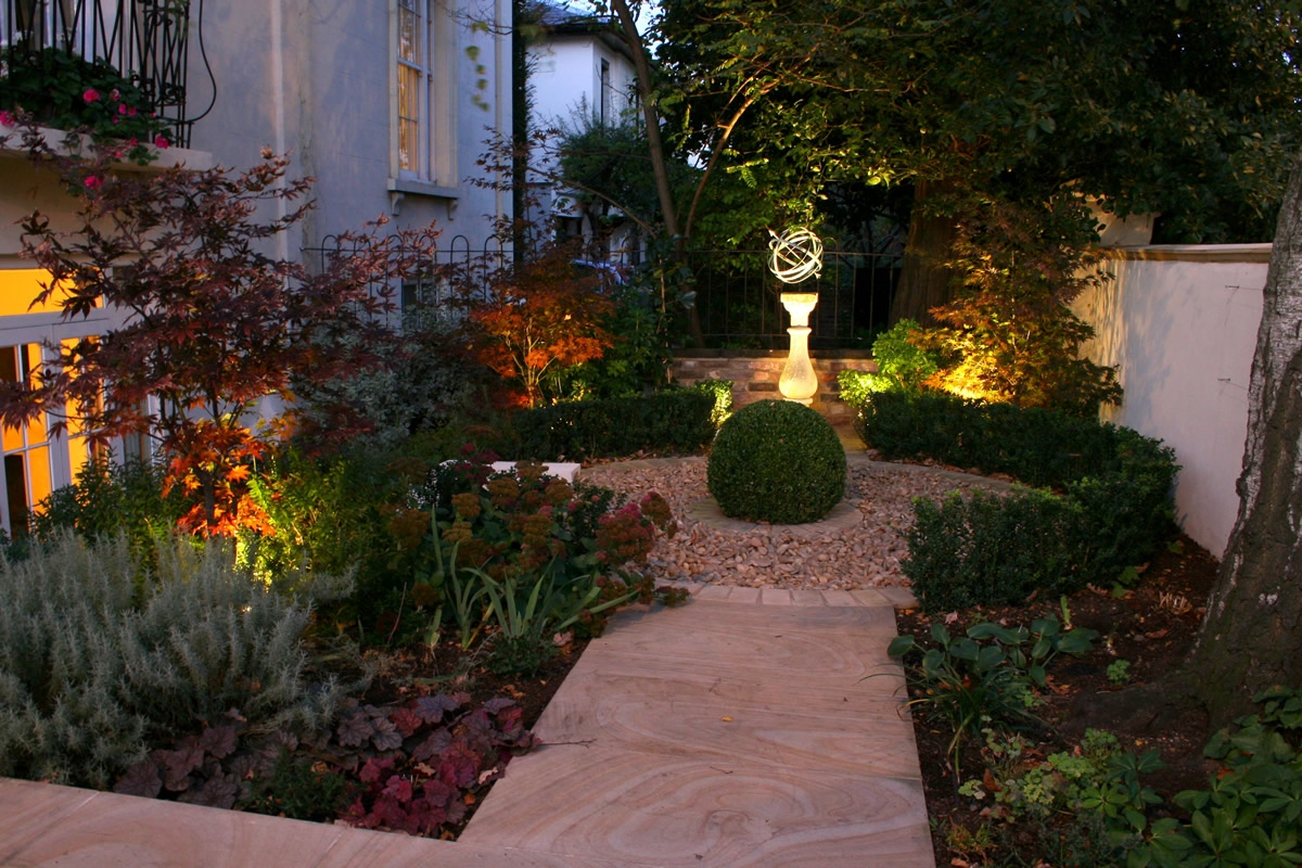Contemporary garden with formal planting design and resin for Modern front garden designs uk