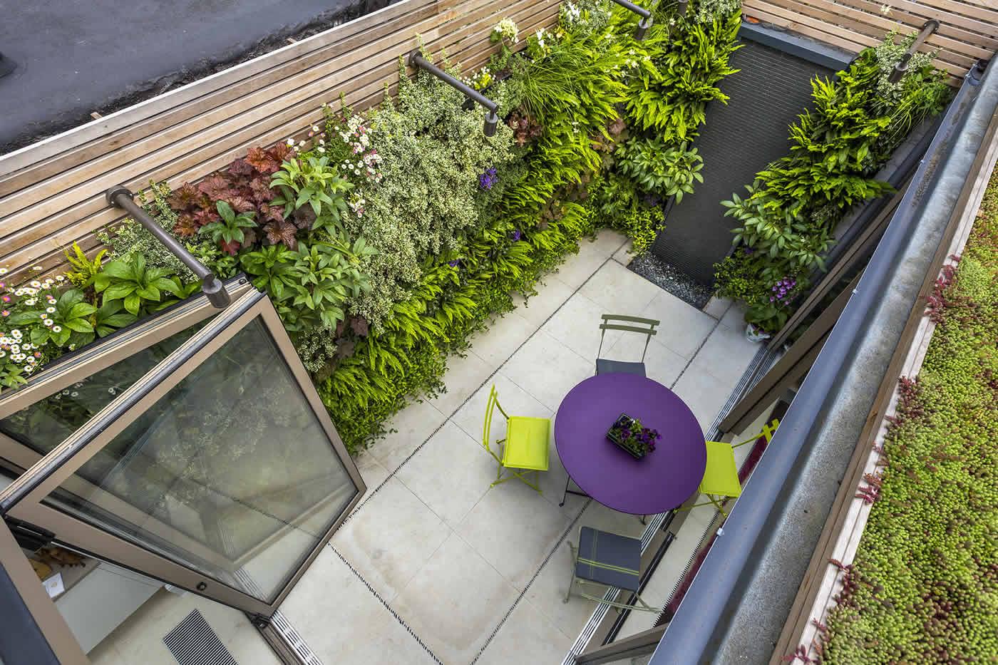 Kensington courtyard garden design living green walls for Small courtyard garden design pictures