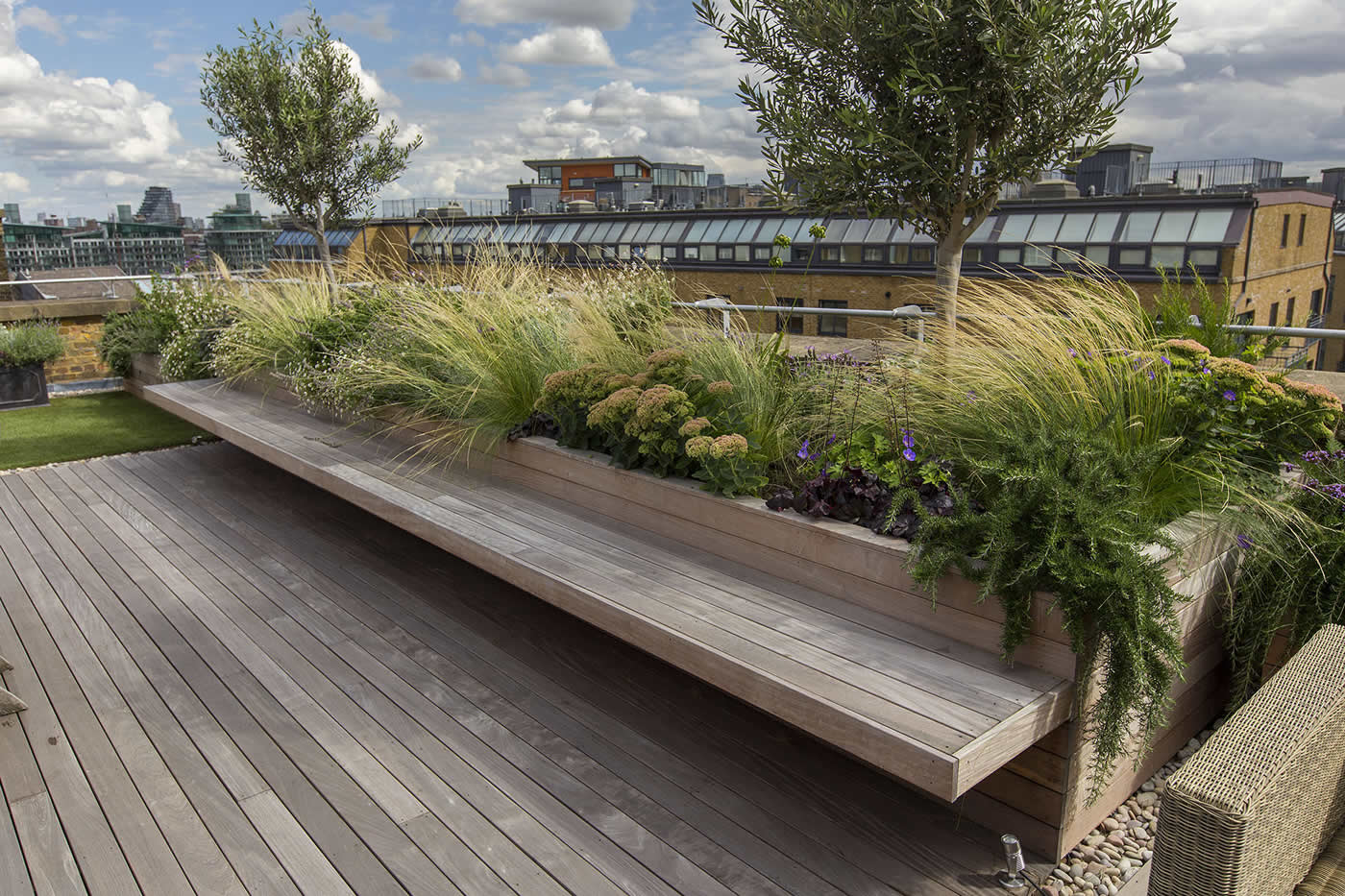 Roof terrace with decking artificial level lawn and led for Where is terrace