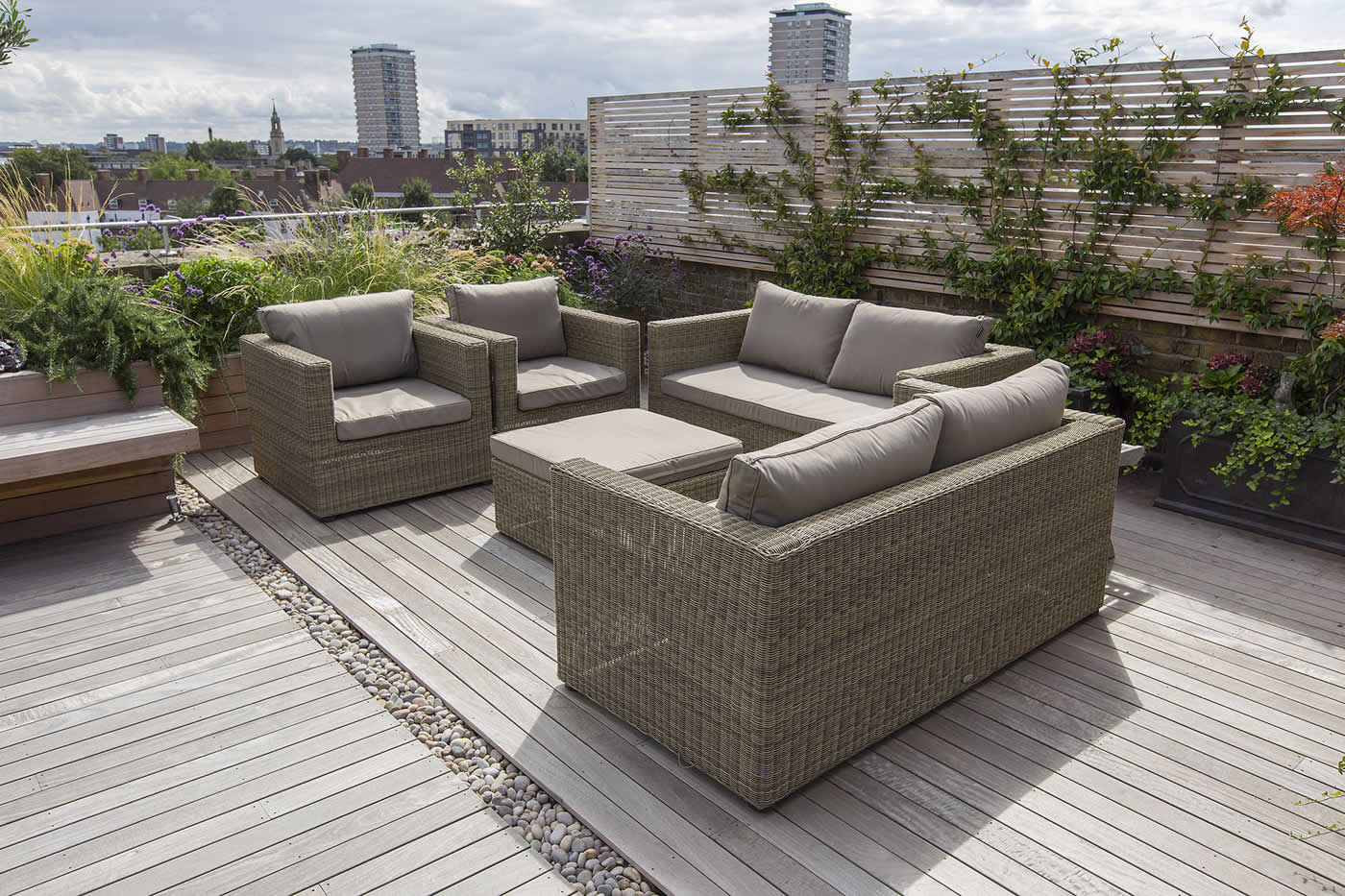 Roof terrace with decking artificial level lawn and led - Diseno de terrazas aticos ...