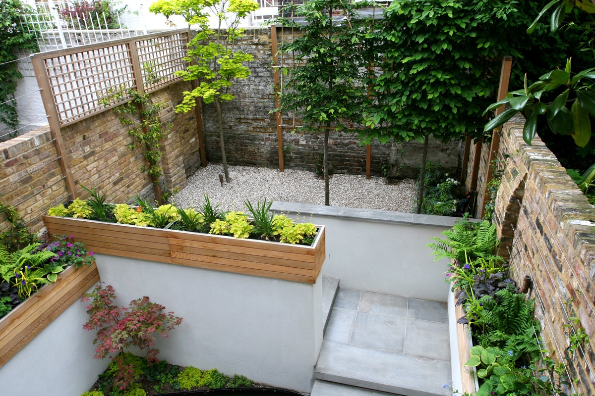 Gravel small town garden with beautiful water feature - Decorations exterieures de jardin ...