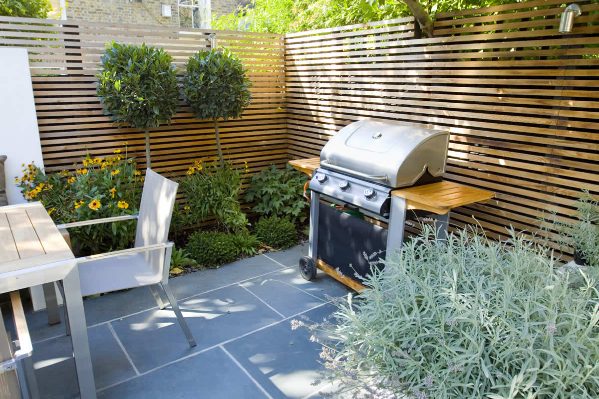 Contemporary small family garden designers in clapham sw4 for Amenagement jardin palette
