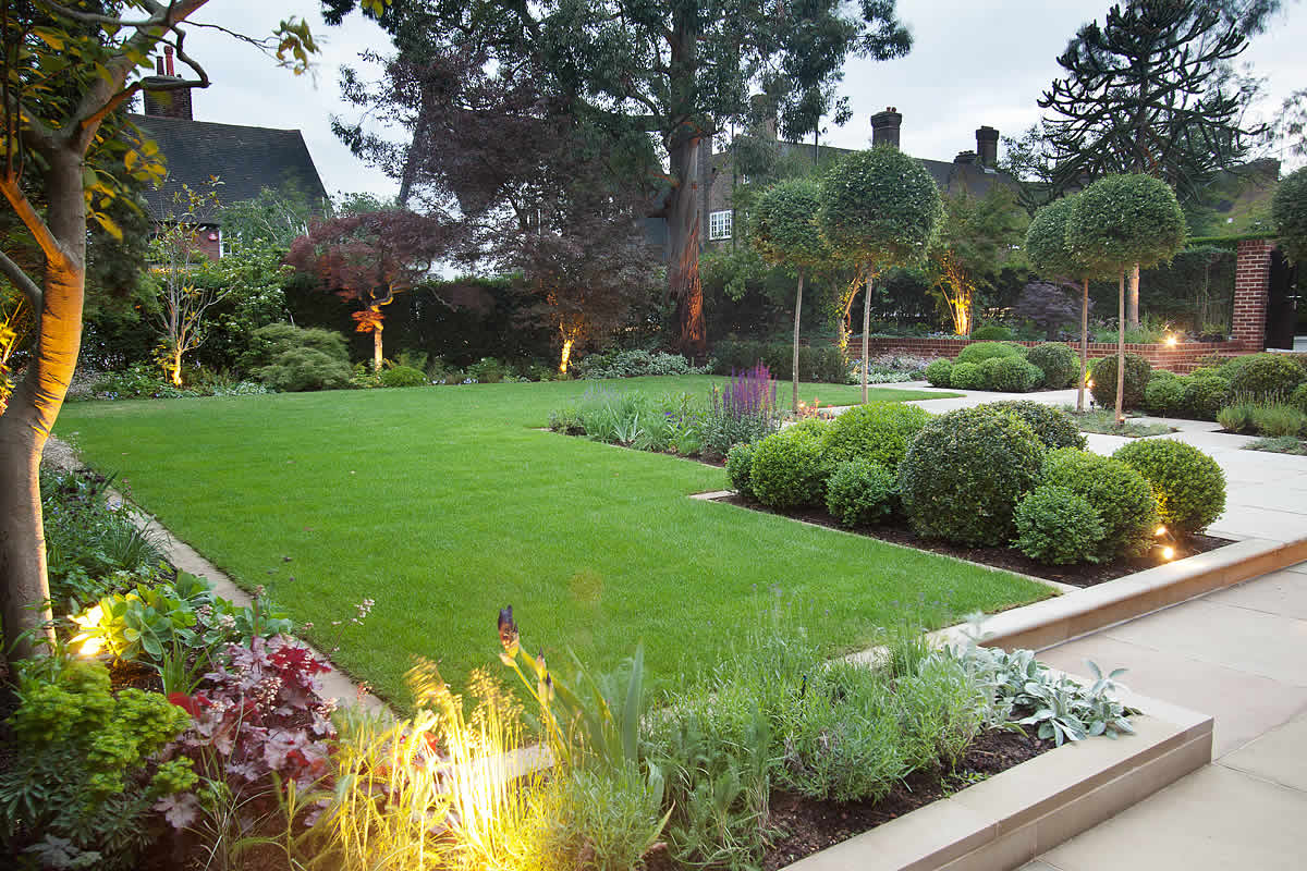 Stunning suburban garden constructed in hampstead by lynne for Large front garden ideas